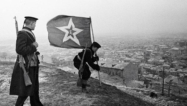 Моряки-десантники водружают на горе Митридат знамя - символ освобождения Керчи от немецких захватчиков