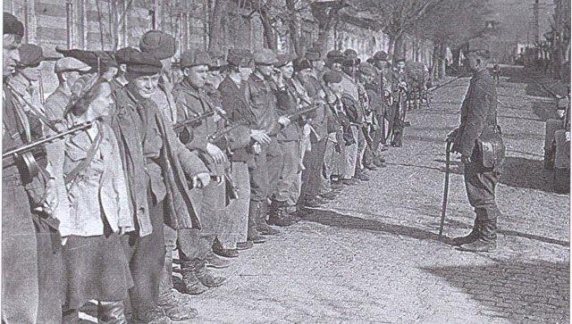 Торжественное построение 2-го комсомольско-молодежного отряда Смерть фашистам  1-й бригады Грозная Северного соединения партизанских отрядов Крыма в освобожденном Симферополя. 1944
