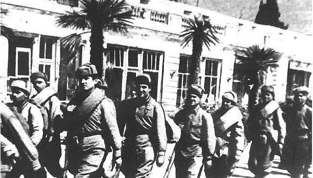 Советские солдаты на набережной Ялты. 1944 год