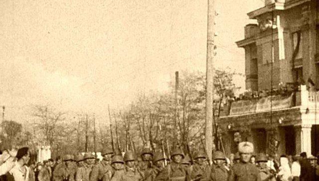 Советские войска маршируют по освобожденной Евпатории. 1944