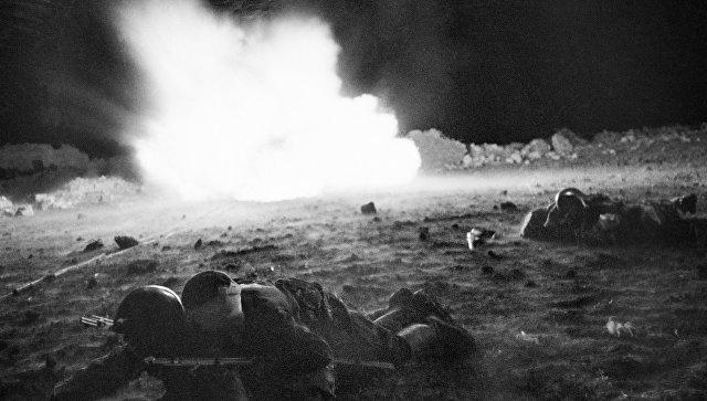 Ночью после боя санитары оказывают помощь раненым бойцам. Крымский фронт, апрель-май 1942 год