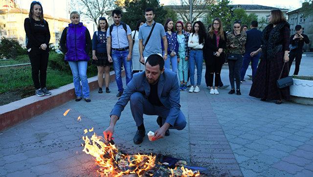 В Симферополе сожгли портреты Дональда Трампа, Терезы Мэй и Эммануэля Макрона