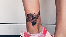Тату с изображением Крыма на ноге у девушки