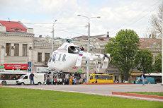 Видео: на центральную площадь Симферополя приземлился вертолет санавиации