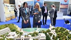 Девушки на выставке Крым - территория успеха на открытии IV Ялтинского международного экономического форума