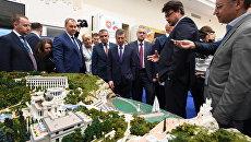 Заместитель председателя правительства РФ Дмитрий Козак и глава Крыма Сергей Аксенов на IV Ялтинском международном экономическом форуме
