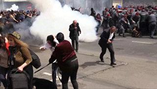 Силовики бросали светошумовые гранаты в толпу на акции протеста в Ереване