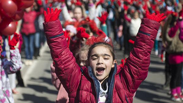 Севастопольские школьники истуденты выстроились в русский флаг