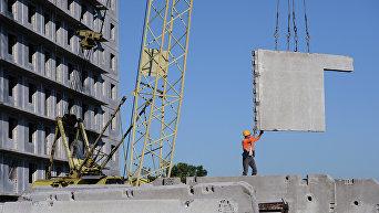 Рабочий на строительной площадке жилого массива