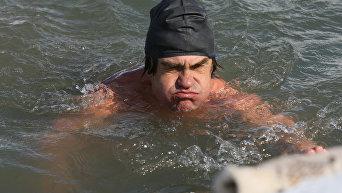 Соревнования по плаванию в ледяной воде в Бердском заливе