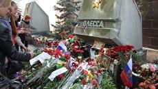Цветы у памятника городу-герою Одессе в Севастополе 9 мая